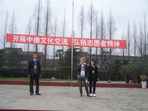 兩位志愿者在松華中學