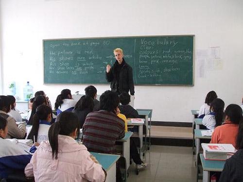 外籍志愿者在青川职高授课
