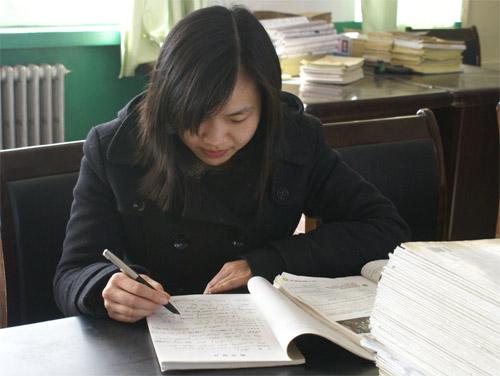 外籍黄楚薇老师在备课